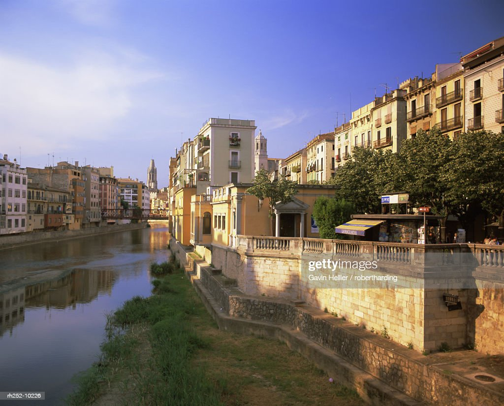 Medieval houses on the Onyar River, Girona, Catalunya Catalonia Cataluna, Spain, Europe : Foto de stock