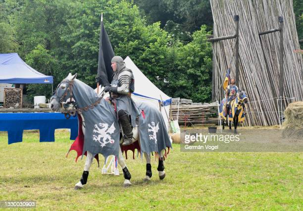 medieval jousting event of knights on horses in german traditional festival of hallbergmoos, munich, germany - sportturnier runde stock-fotos und bilder