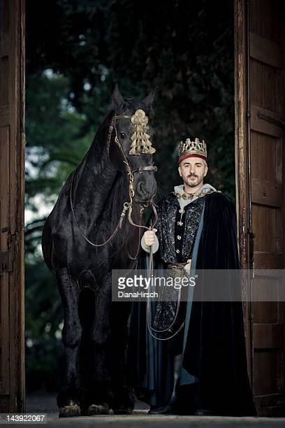 medieval king with black stallion - koning koninklijk persoon stockfoto's en -beelden