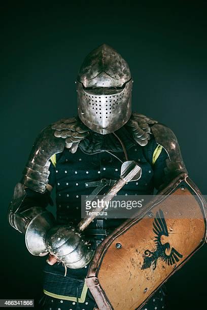 Mittelalterliche Ritter angezogen für mittelalterliche Bekämpfung der Kampf-sport.
