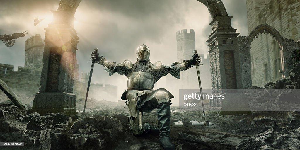Chevalier médiéval avec épée position face au bâtiment Ruin : Photo