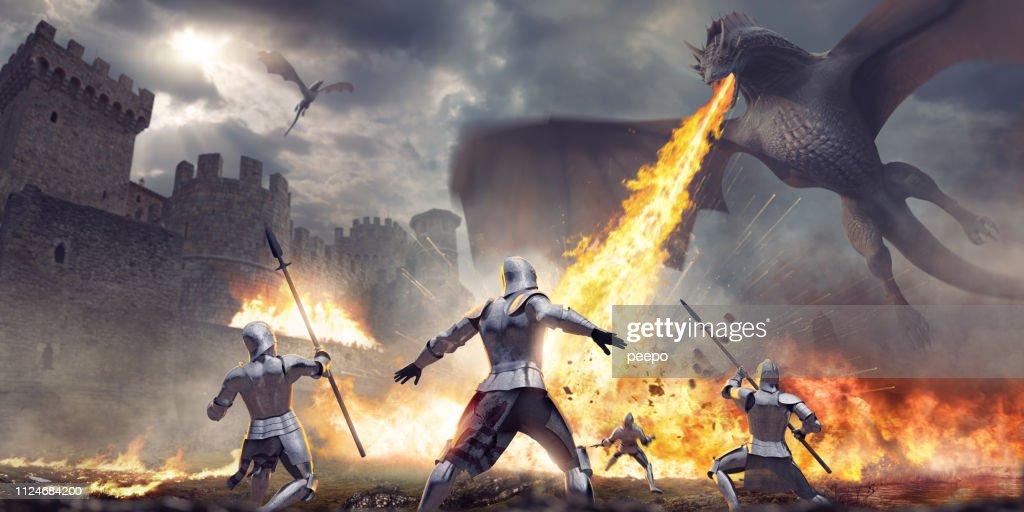 Ser atacados por el dragón que respiraba fuego cerca de Castillo de caballeros medievales : Foto de stock