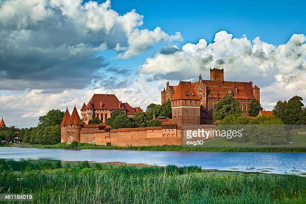 medieval castillo de malbork sobre el río nogat - polonia fotografías e imágenes de stock