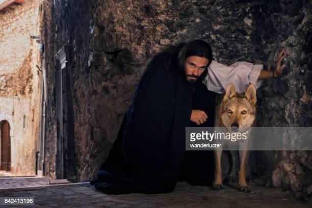uomo e lupo medievali - castel del monte foto e immagini stock