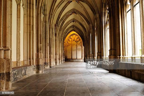 medieval monastery corridor - klooster stockfoto's en -beelden