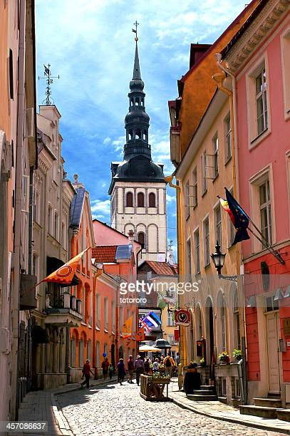 medieval old town in tallinn estonia - tallinn stock-fotos und bilder