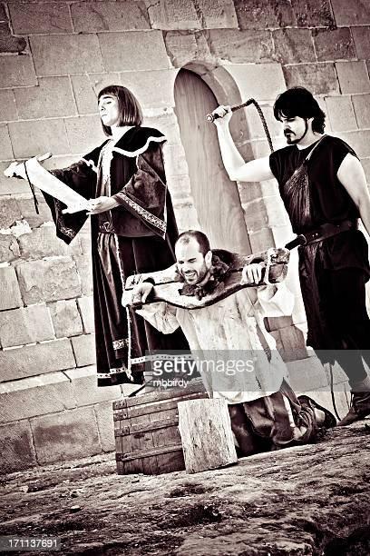 medieval público tortura - azotes fotografías e imágenes de stock