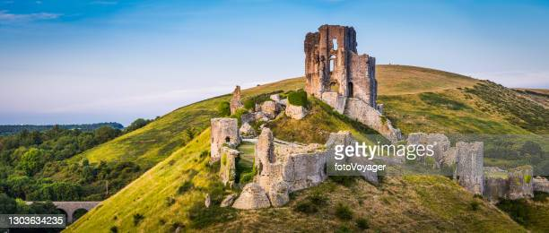 medieval ruins corfe castle sunset panorama isle purbeck dorset uk - unesco world heritage site stock pictures, royalty-free photos & images
