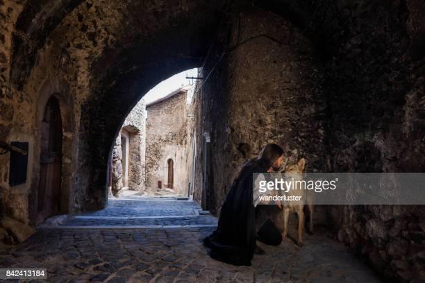 medieval scene man and wolf - castel del monte foto e immagini stock