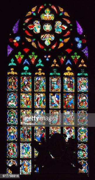 ポーランド、クラクフの聖マリア教会の中世のステンド グラスの窓 - kraków ストックフォトと画像