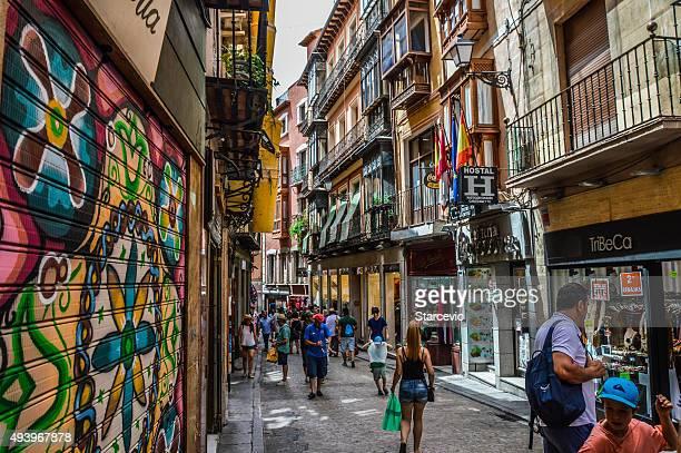 rua medieval de toledo, espanha, com as pessoas e guarda - bairro antigo imagens e fotografias de stock