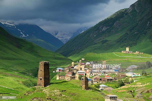 medieval towers in ushguli village - kaukasus geografische lage stock-fotos und bilder