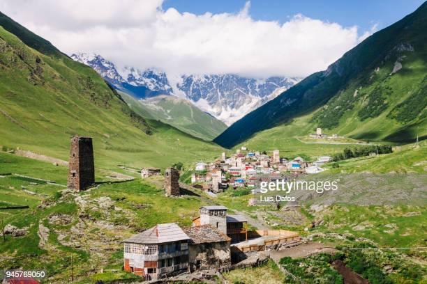 medieval towers of ushguli in georgia - kaukasus geografische lage stock-fotos und bilder