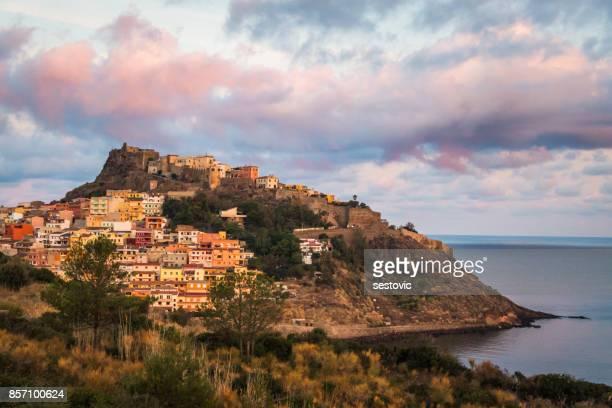 ciudad medieval de castelsardo, sardinia, italia - cerdeña fotografías e imágenes de stock