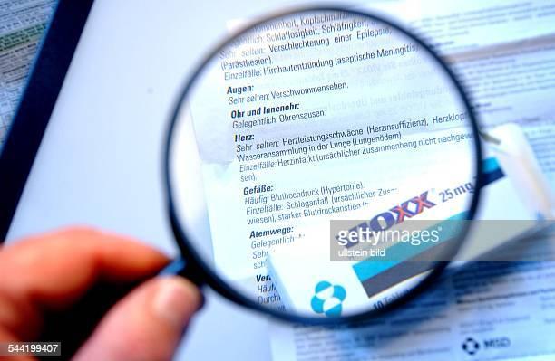 Packung des Rheumamedikaments VIOXX der amerikanischen Firma Merck in Deutschland hergestellt von MSD Beipackzettel wird mit einer Lupe gelesen