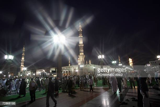 Muslim pilgrims arrive at the Prophet Mohammed Mosque in the holy city of Medina in Saudi Arabia the evening prayer 21 Decmber 2006 Saudi Arabia...