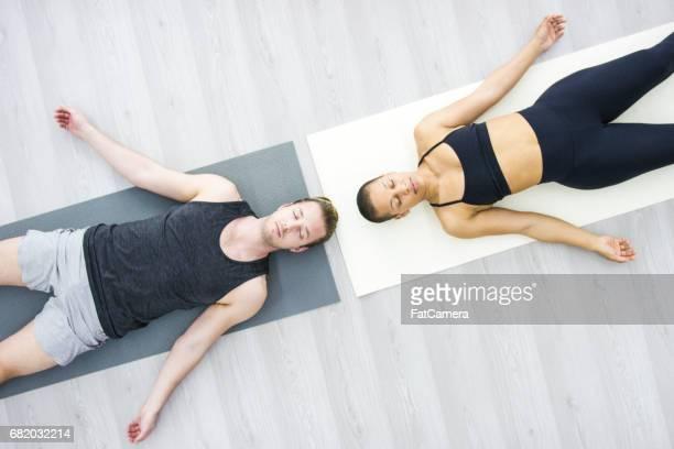 luftaufnahme zu meditieren - glattrasiert frau stock-fotos und bilder