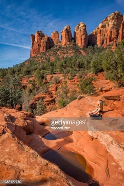 meditando em sete lagoas sagradas, sedona - oak creek canyon - fotografias e filmes do acervo