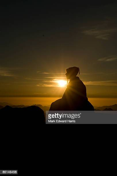 meditating at the summit of mt. sinai - monte sinai imagens e fotografias de stock