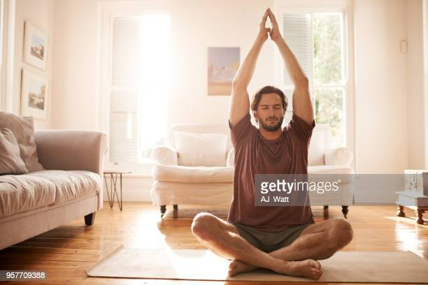 meditating has made him a much calmer person - homens imagens e fotografias de stock