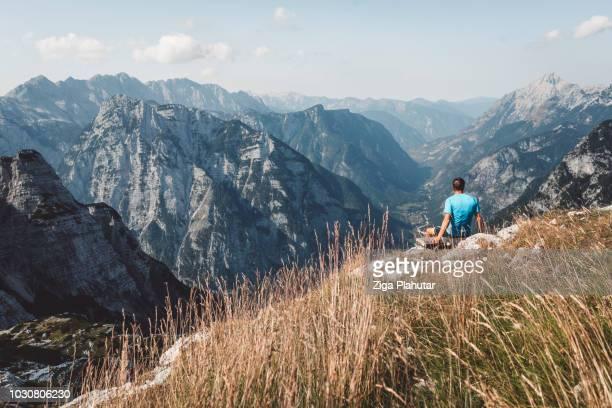 méditant dans les montagnes - slovénie photos et images de collection
