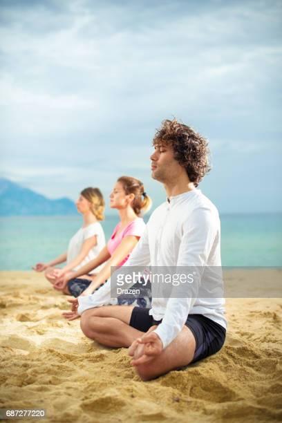 Meditation im Sommerurlaub am Strand