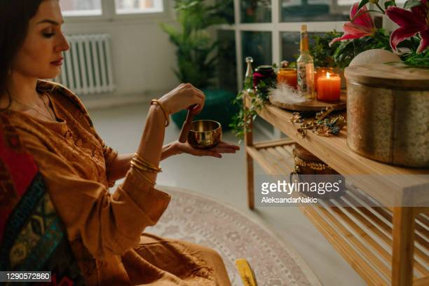 meditatie met een rin gong - tibetaanse cultuur stockfoto's en -beelden