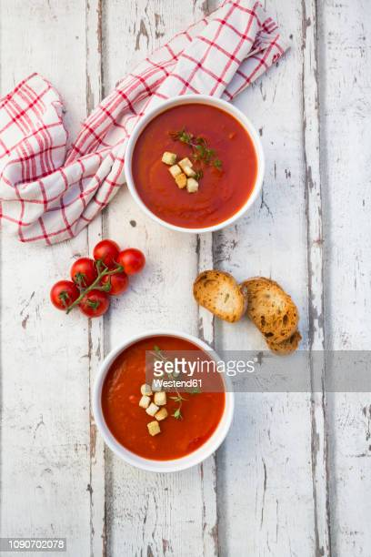 mediterran tomato soup with roasted bread, croutons and thyme - sopa fotografías e imágenes de stock