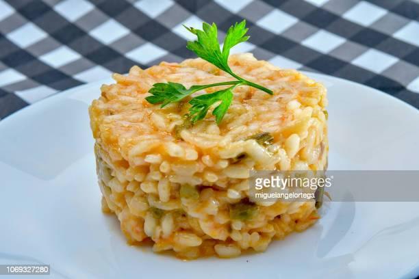 mediterranean food - risotto wiht asparagus and shrimps - repas servi photos et images de collection