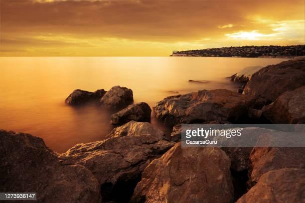 オレンジサンセット中の地中海沿岸 - アドリア海 ストックフォトと画像