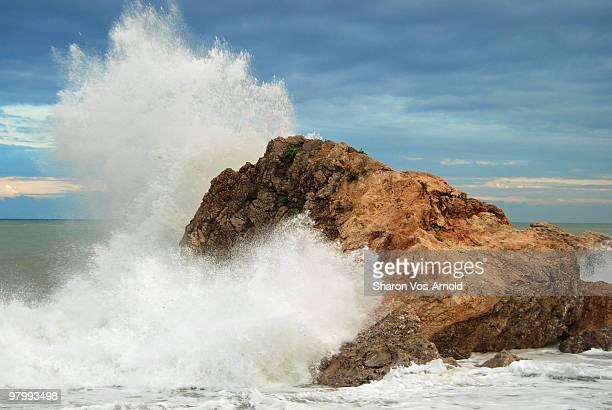 mediterranean sea splash - brandung stock-fotos und bilder