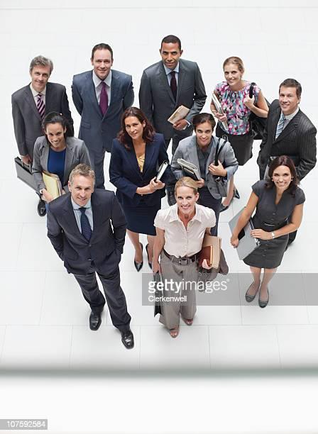 un groupe de gens d'affaires debout dans le hall, - medium group of people photos et images de collection