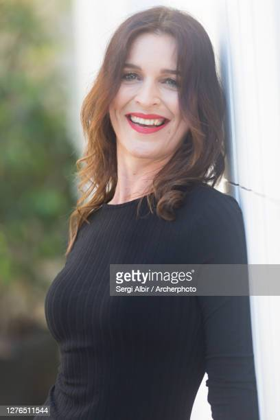 medium shot of a middle aged brown-haired woman in a black dress - sergi albir fotografías e imágenes de stock