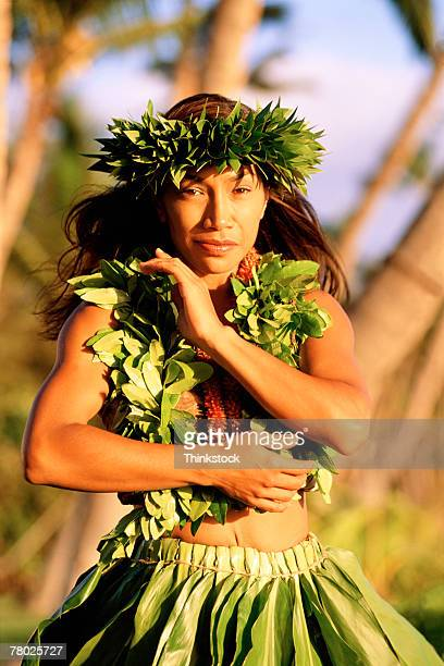 medium shot portrait of a female hula dancing outdoors. she is wearing a traditional hawaiian hula skirt, lei, and matching headband.  - medium group of people photos et images de collection