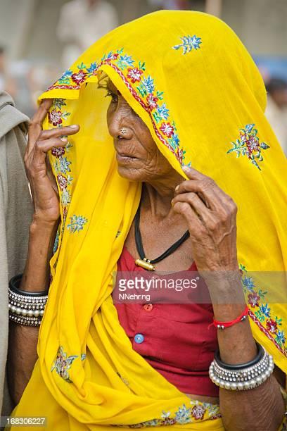 メーナの女性に黄色 - カースト ストックフォトと画像