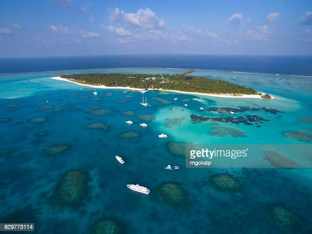 meer island and boats parked around - vilamendhoo stock photos and pictures