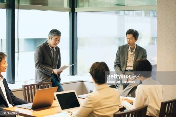 オープン オフィスで開催 - 討論 ストックフォトと画像