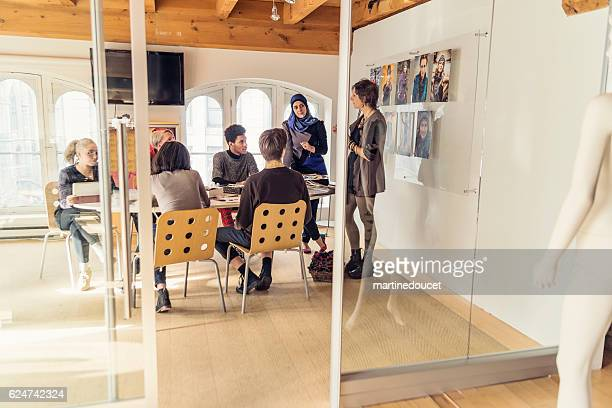 meeting in small creative start-up enterprise lead by woman. - large group of people photos et images de collection