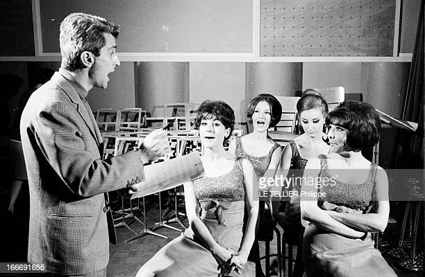 Meeting Marcel Amont 18 décembre 1964 le chanteur et un acteur français Marcel AMONT répète avec des choristes Fort de l'immense succès de sa chanson...