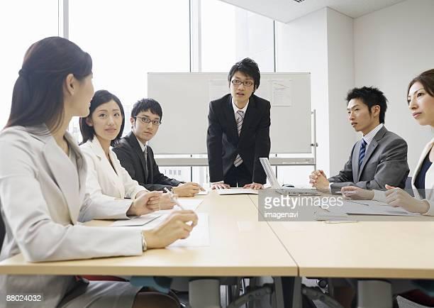 meeting - 数人 ストックフォトと画像