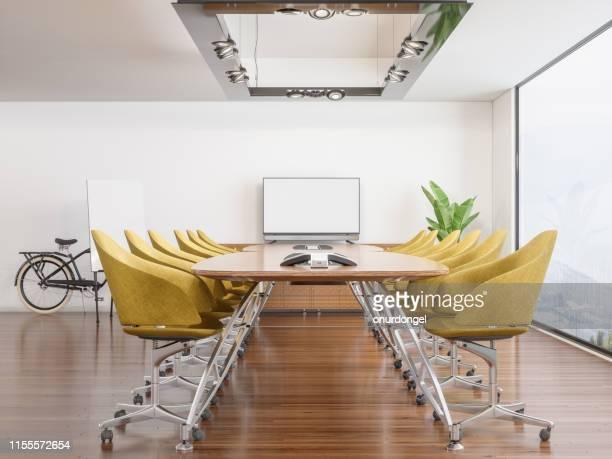 salle de réunion avec écran blanc - bureau pièce photos et images de collection