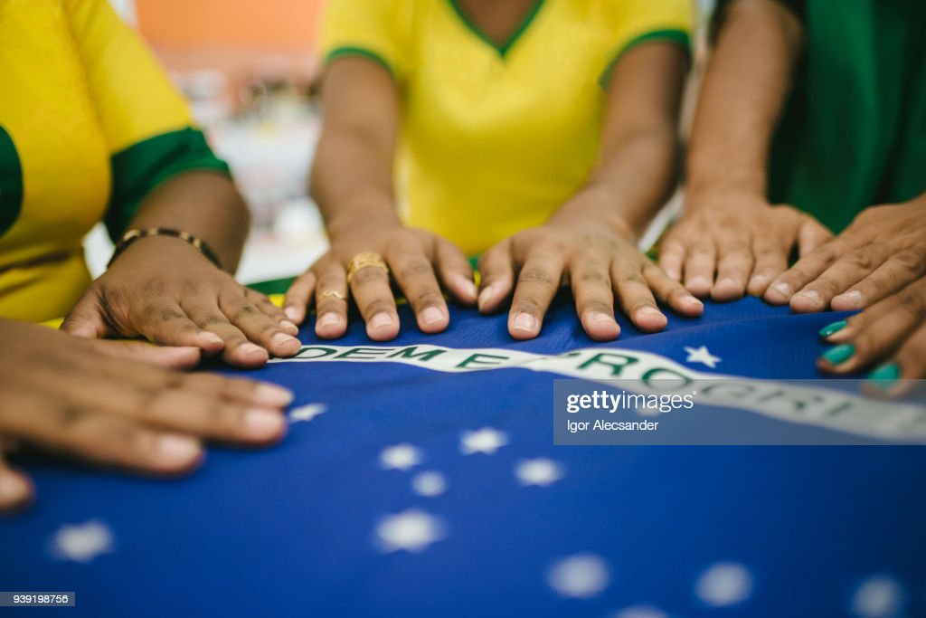 Mesa de reunião com a bandeira do Brasil : Foto de stock
