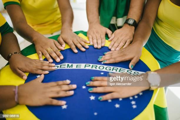 Mesa de reunião com a bandeira do Brasil