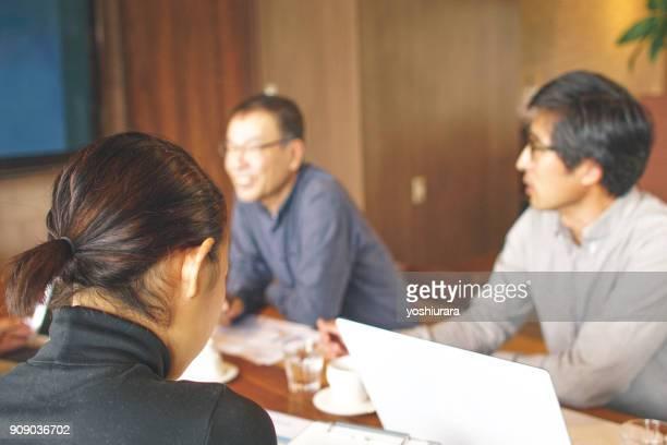 仕事で会社の同僚とのミーティング