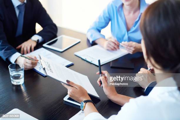 meeting with business partners - agreement stock pictures, royalty-free photos & images