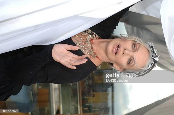 Meeting With Marie Laforet On The Occasion Of His Come Back On Stage Plan de face de Marie LAFORET chez elle à PARIS