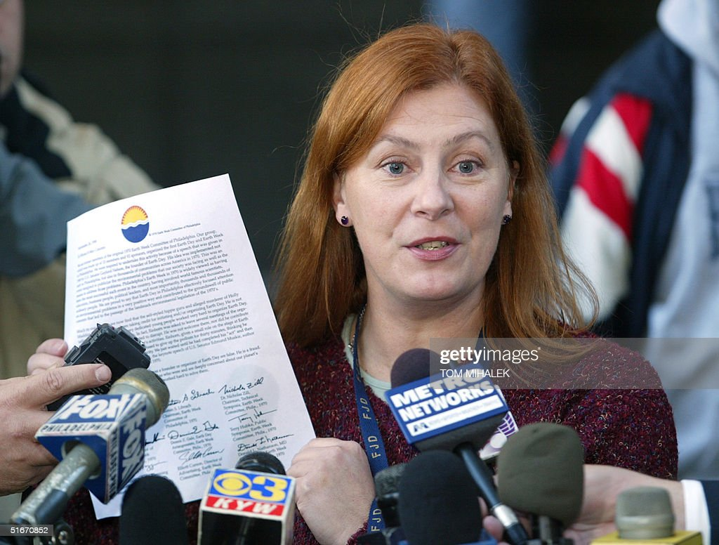 Meg Wakeman, the sister of Holly Maddux, holds up : News Photo