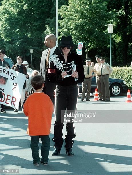 MegaStar Michael Jackson begrüßt kleinenFan Empfang am Bremer Flughafen Kind Kinder
