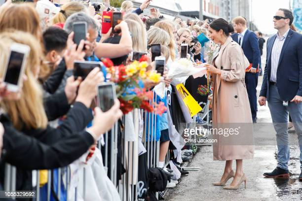 Meghan Duchess of Sussex meeting fans on the street during 'Walkabout' on October 30 2018 in Auckland New Zealand The Duke and Duchess of Sussex are...