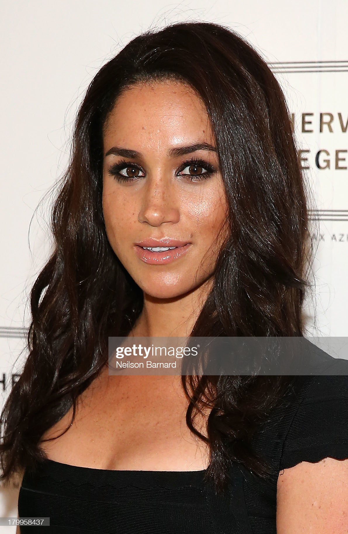 Meghan Markle - Página 2 Meghan-markle-poses-backstage-at-the-herve-leger-by-max-azria-fashion-picture-id179958437?s=2048x2048